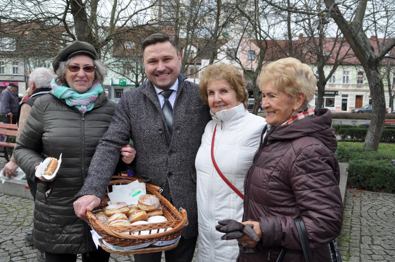 Burmistrz częstował dziś mieszkańców pączkami!