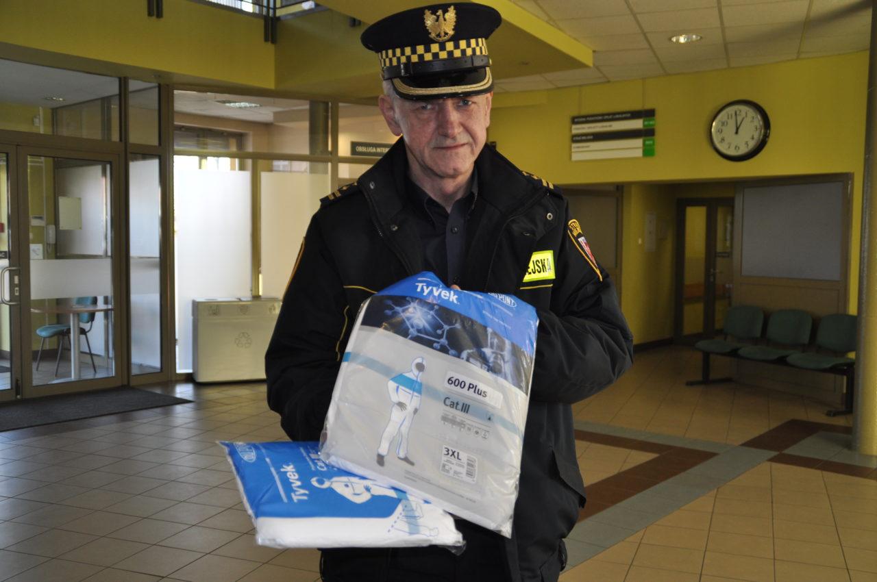 Dzięki Fundacji Grupy Pomagamy strażnicy miejscy mają więcej ochronnych kombinezonów