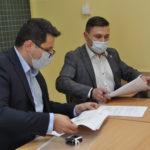 Burmistrz Mariusz Olejniczak podpisuje umowę z prezesem firmy MW TECHNIK Kamilem Kowalczykiem