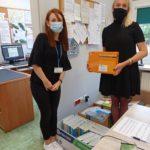 Marta Łuczak przekazuje podręczniki do nauki niemieckiego dyrektorce Szkoły Podstawowej nr 2 w Słubicach.