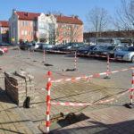Parking przez urzędem, gdzie powstaje punkt ładowania samochodów elektrycznych.