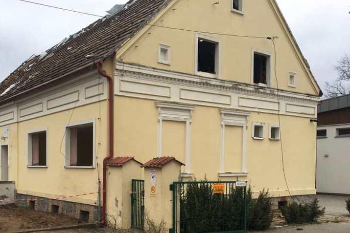 Stara szkoła w Kunowicach do rozbiórki, obok stanie nowa
