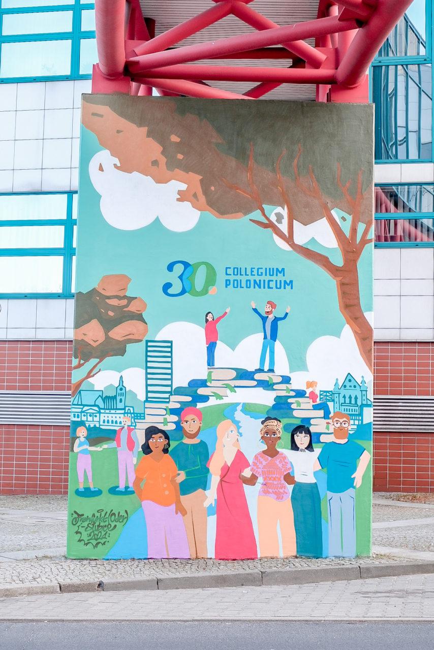 Ten mural upamiętnia 30-lecie Collegium Polonicum