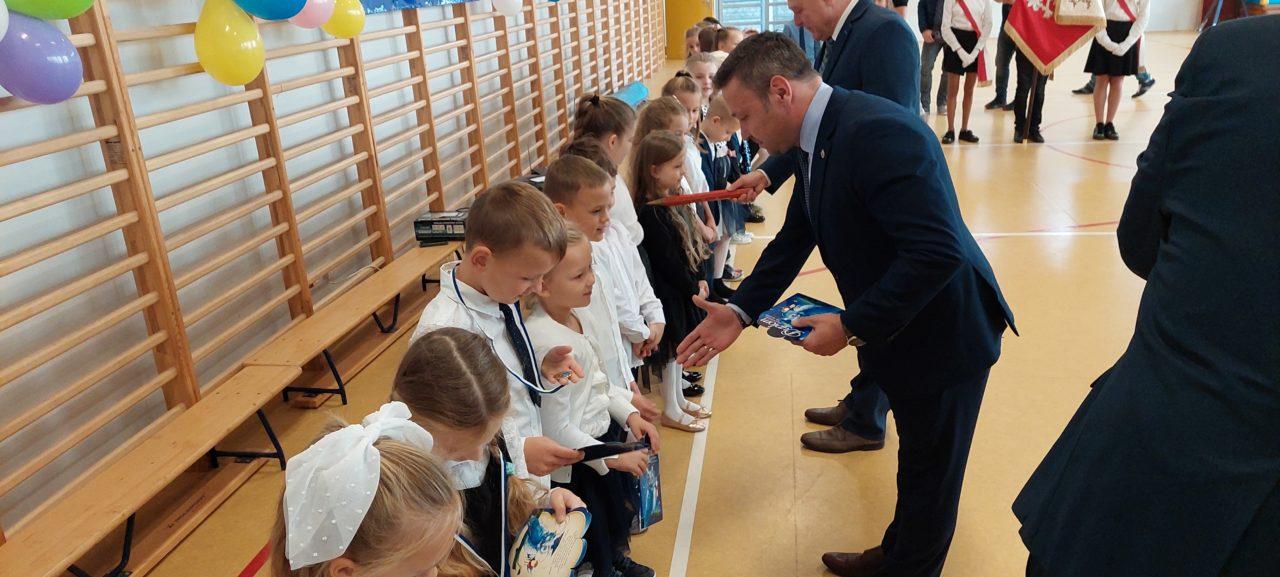 Najmłodsi uczniowie z Kunowic pasowani na uczniów